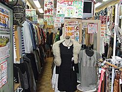 リサイクルショップ店内(衣料品)